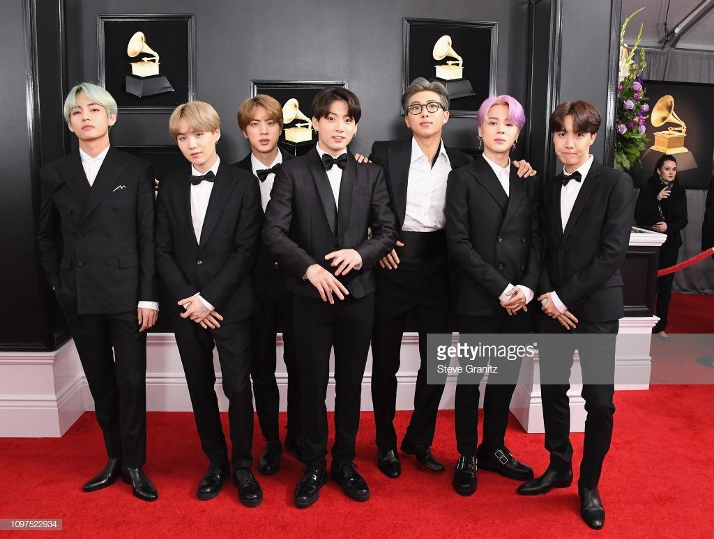 BTS lịch lãm diện suit sải bước trên thảm đỏ Grammy, tự tin phỏng vấn bằng tiếng Anh