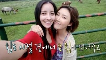 Netizen curious about Hwasa's beautiful friend in