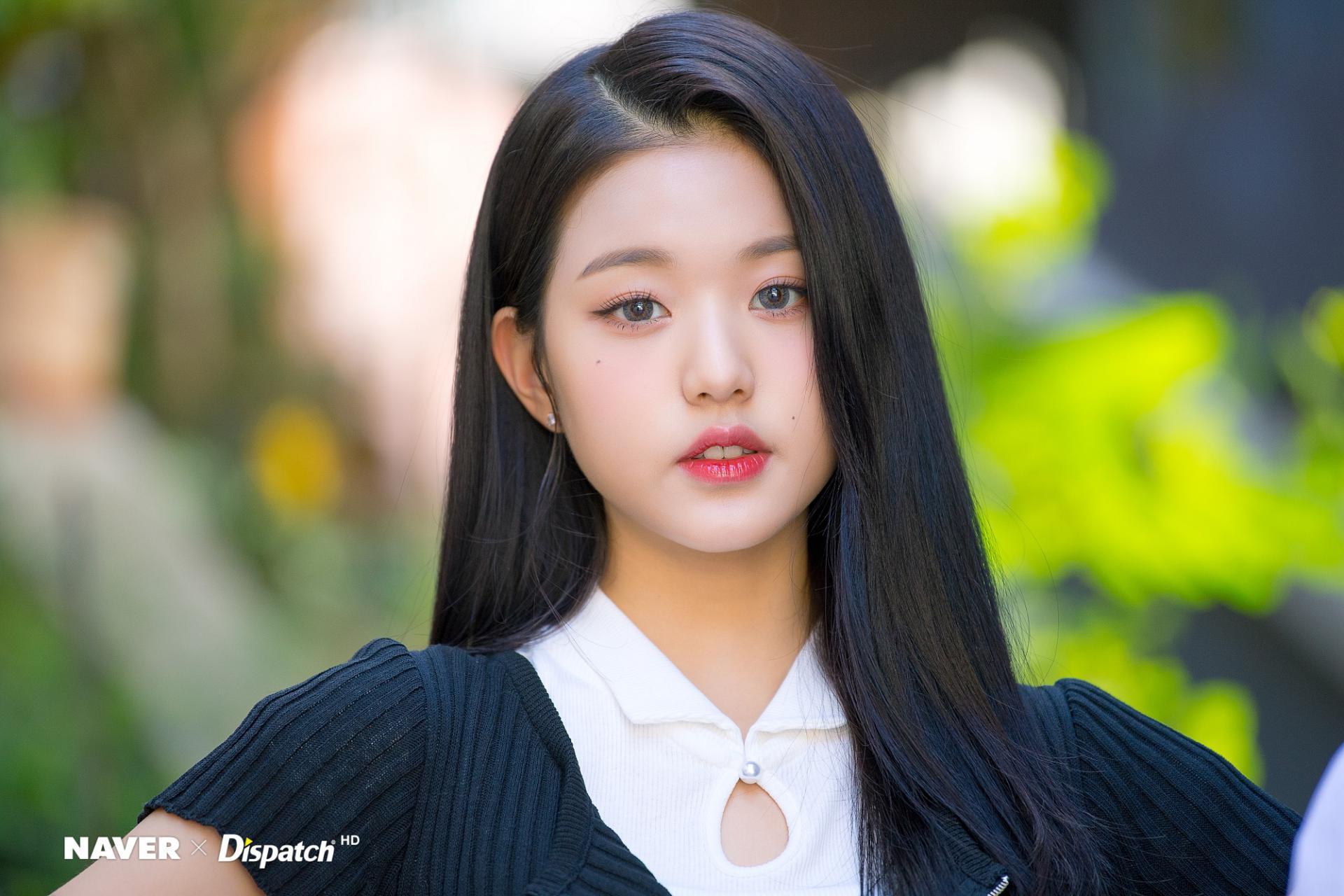 Jang Wonyoung (IZone) đẹp thướt tha với mái tóc đen dài óng ả